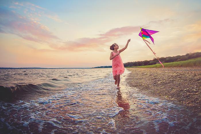 TracySweeney_ElanStudio_girl_flying_kite_on_beach_15