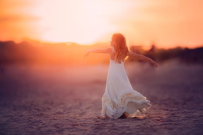 TracySweeney_ElanStudio_girl_twirling_on_beach_at_sunset_9